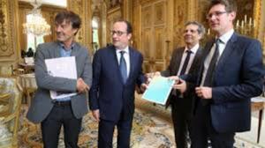 Alain Grandjean qui remet le rapport sur le climat au Président français/