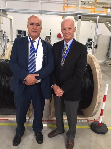 M.Peter Schultz et A. Khaouja dans l'usine fibre optique d'OFS de Tanger le 9 mai 2018.