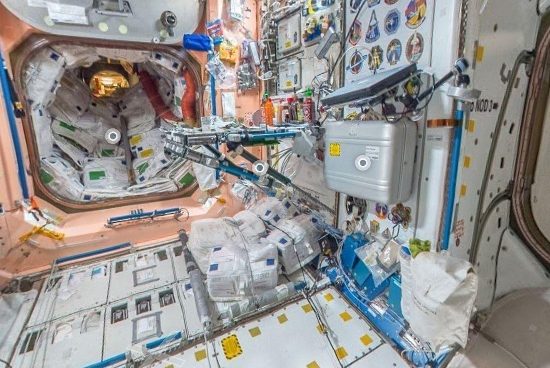 Comme-Ou-Charlie-futuriste-table-manger-astronautes-cachee-cette-station-spatiale-internationale_0_1096_734